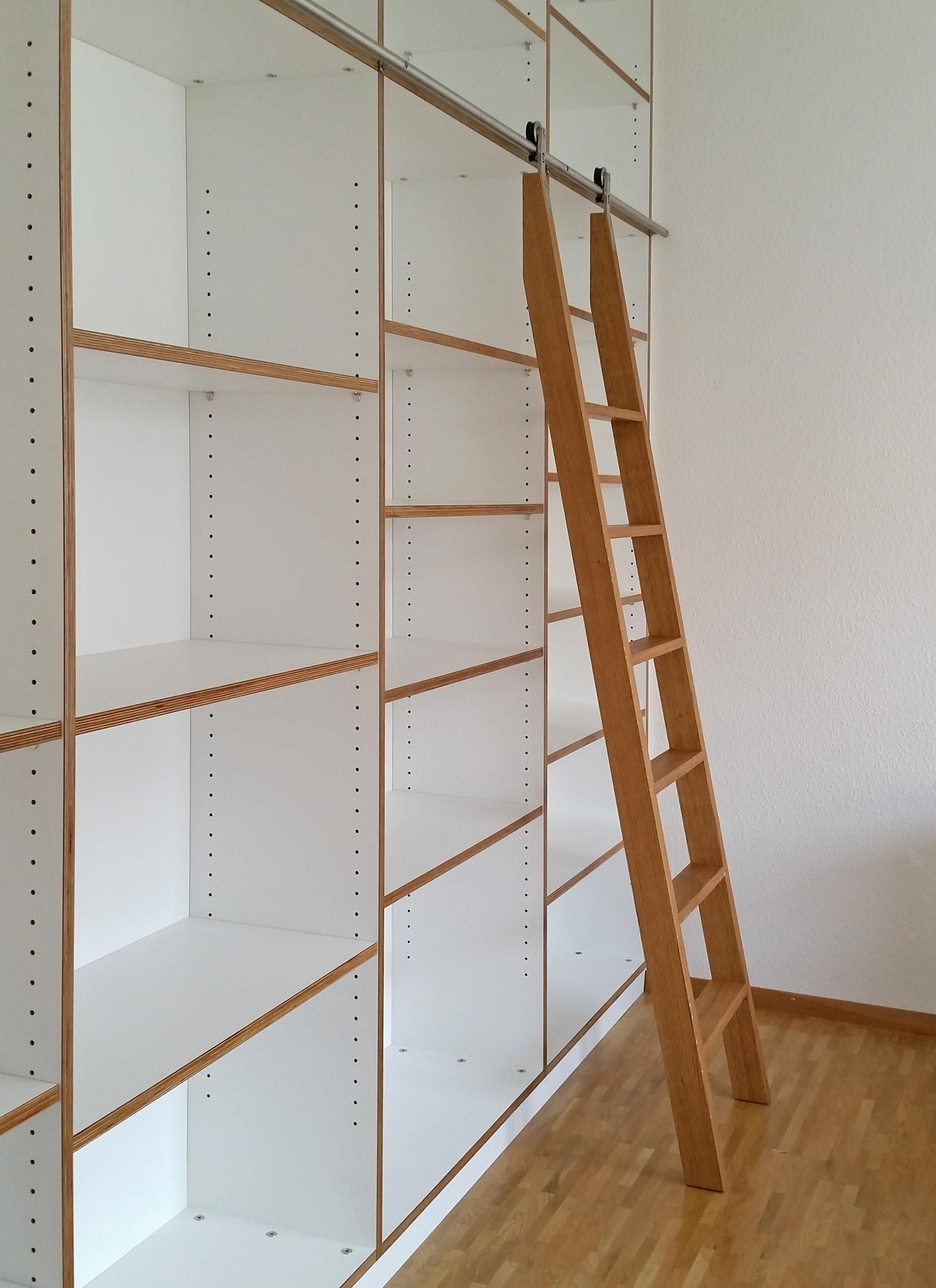 Bücherwand mit Schiebeleiter Eiche Multiplex weiß 01