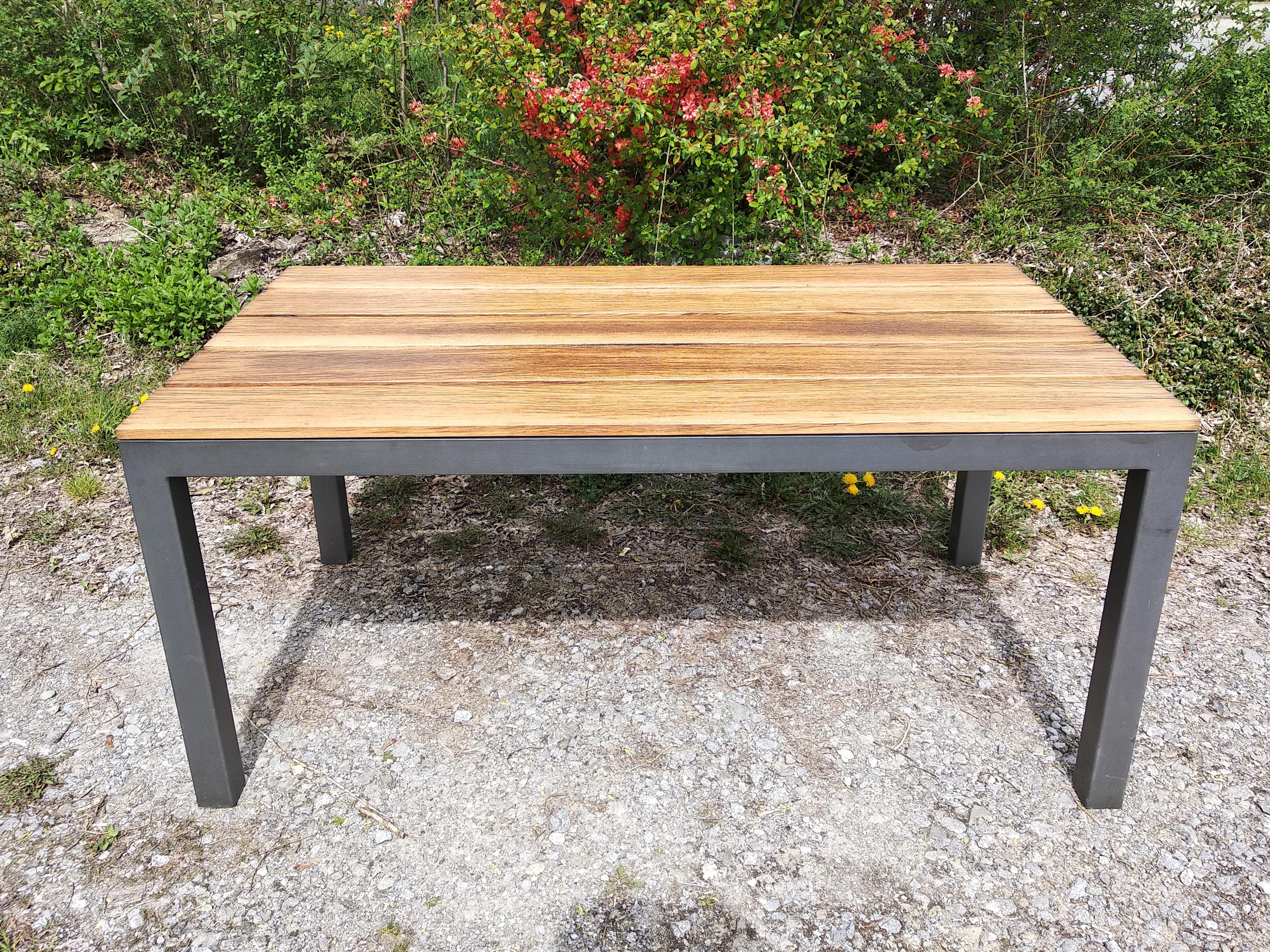 Gartentisch in Eiche und Stahl