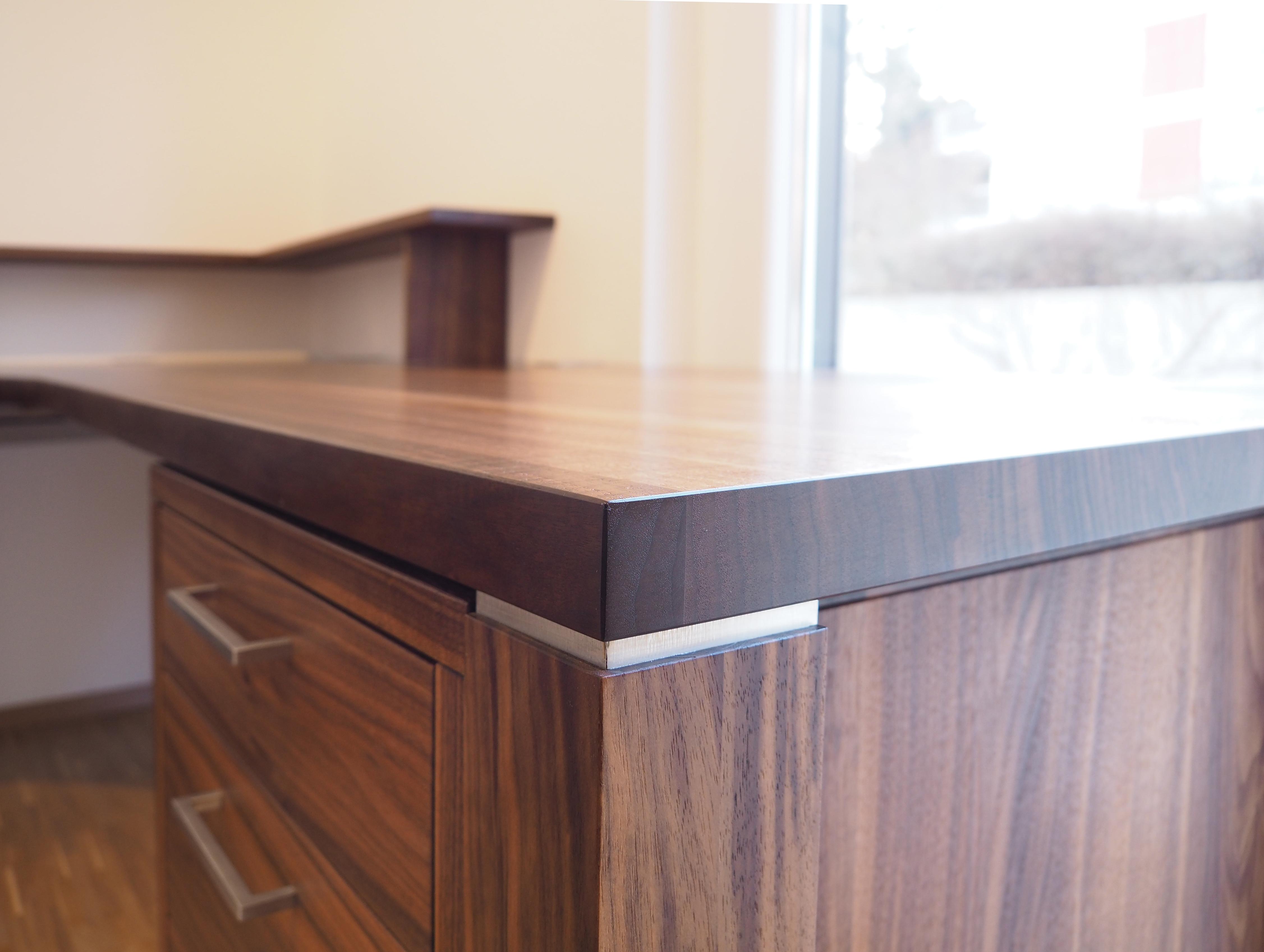 Schreibtisch in Nussbaum Massivholz 01