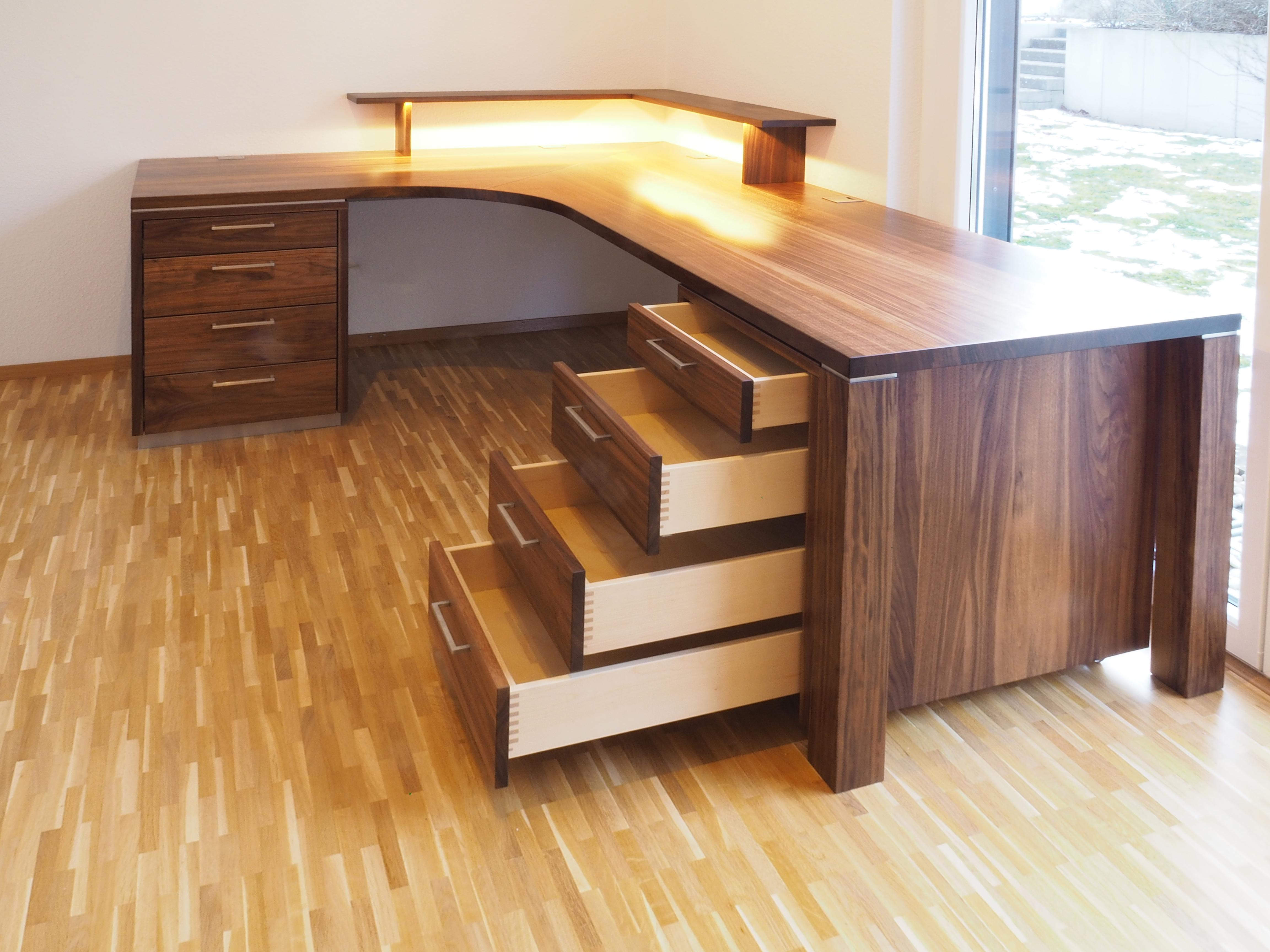 Schreibtisch in Nussbaum Massivholz 02