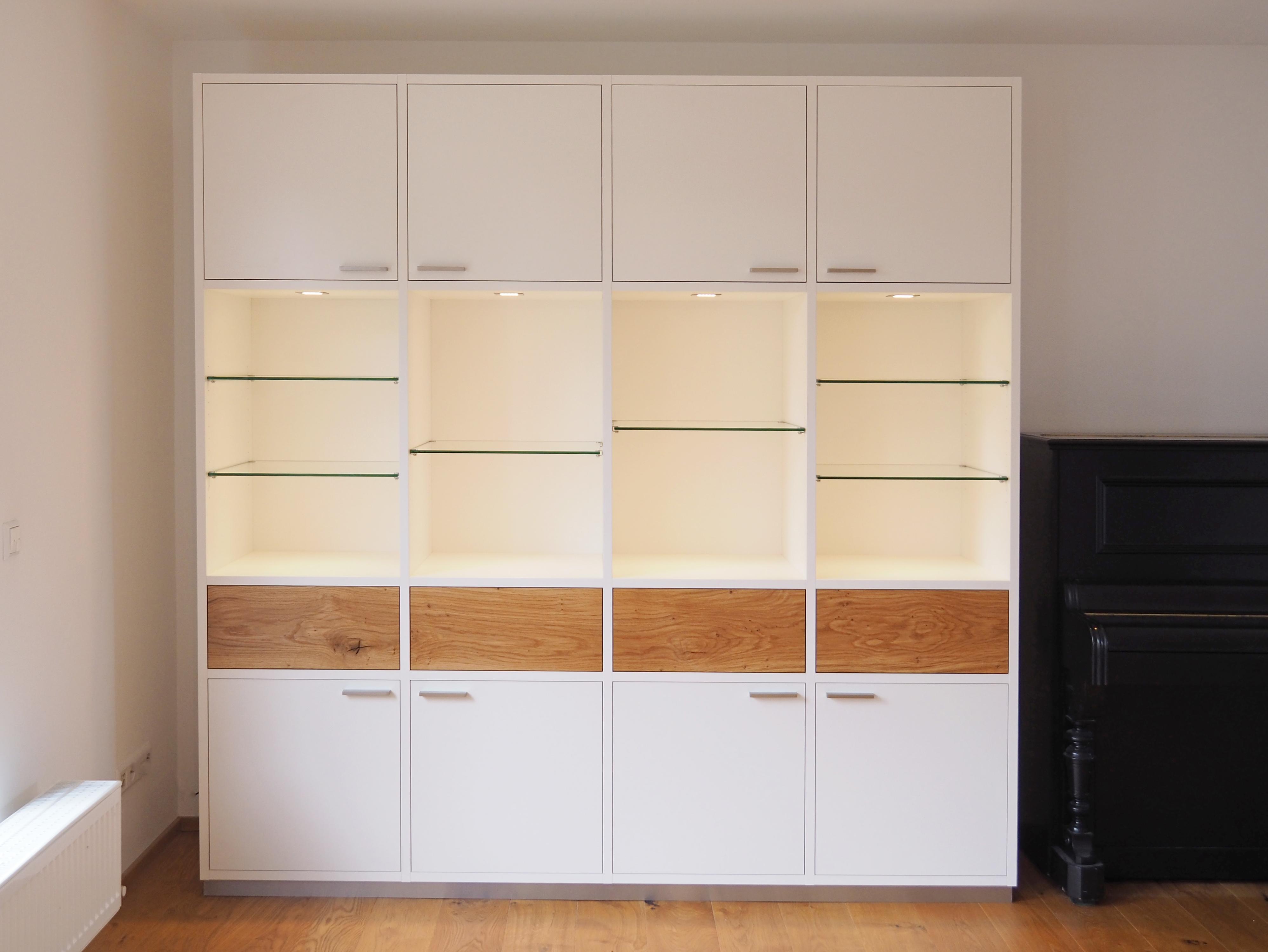 Wohnzimmerschrank beleuchtet mit Glasböden 01
